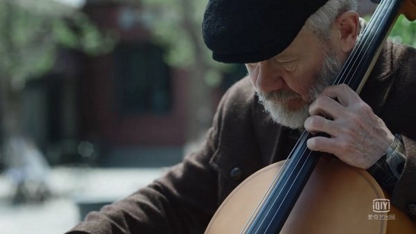 Terry joue du violoncelle